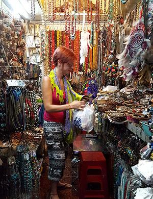 Jouer dans les marchés au Cambodge
