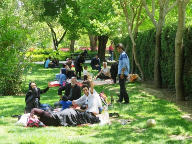 a picknick party in a park in Isfahan Iran. As a solo female traveller in Iran you might be invited to one of these picknick parties