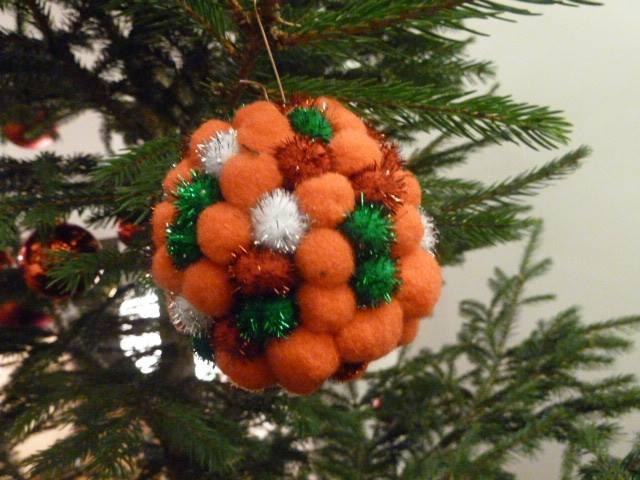 Flauschige Weihnachtskugeln am Baum von Die Angelones