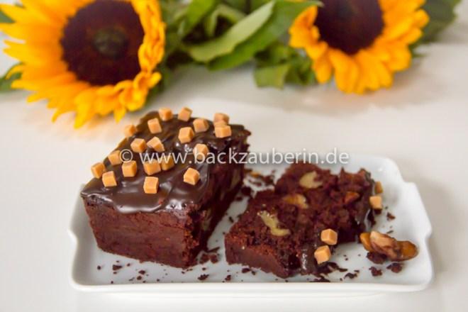 Schoko-Amaretto-Kuchen mit Walnüssen und Karamellwürfeln
