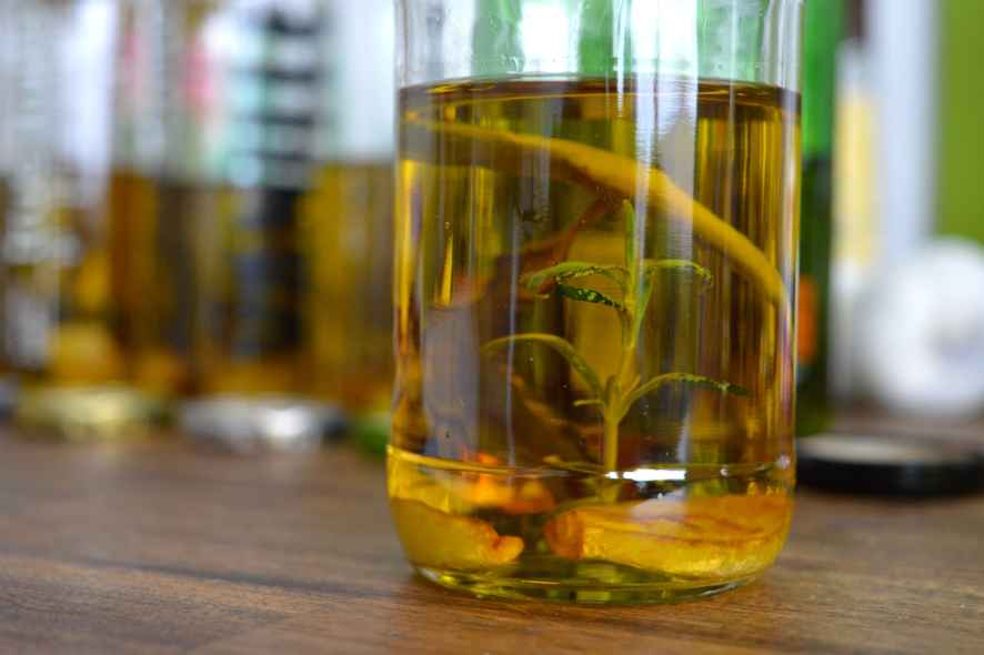 Würzöl mit Knoblauch, Chili und Rosmarin