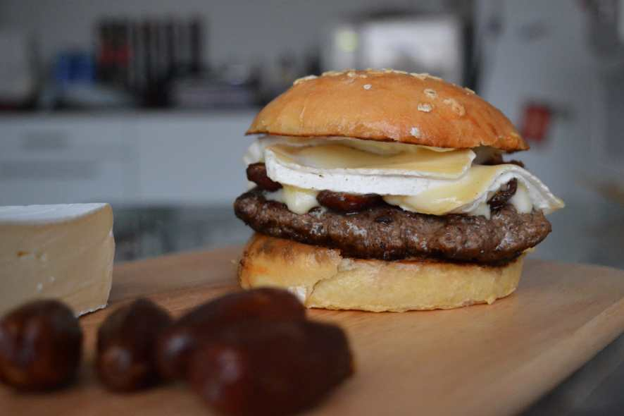 Burger mit Brie und Datteln
