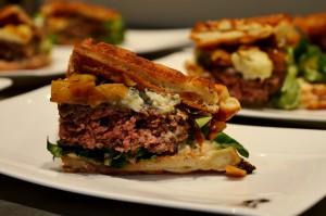 Pancake Burger mit Apfel-Zwiebel-Relish und Roquefort-Käse