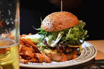 Berlin: The Pub - Möpse trinken Bier - Review Cheeseburger