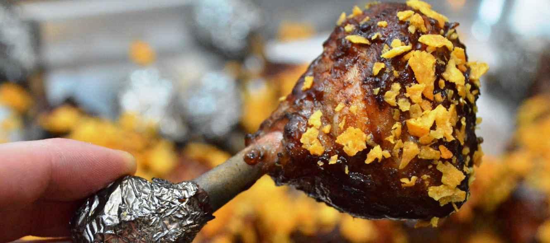 Gegrillte Chicken Lollies mit BBQ-Sauce und Nachos
