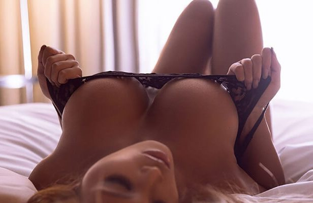 It is getting colder, time for some cleavage (33 Photos)