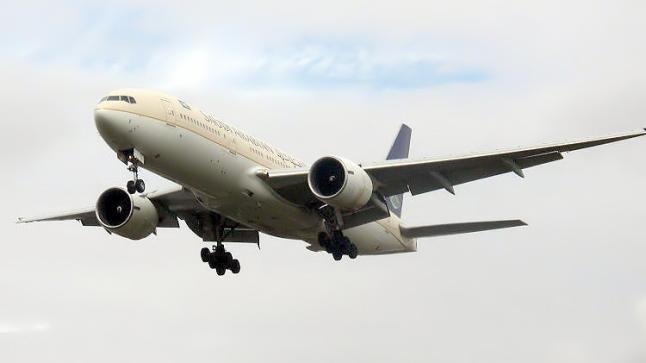 """بوينغ تعلق رحلات طائرتها """"777"""" بسبب مشاكل بمحركاتها"""