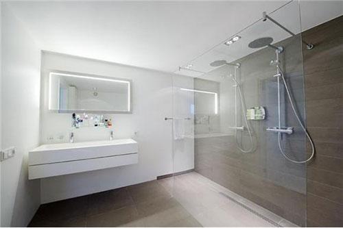 moderne badkamer met inloopdouche ligbad toilet en dubbele, Badkamer