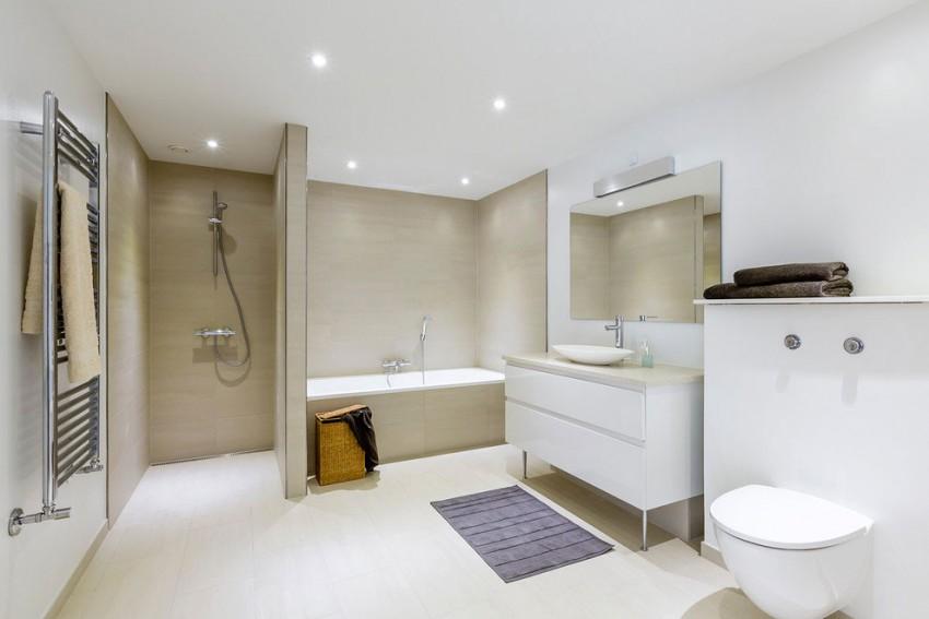 Grote praktische badkamer met lichte kleuren  Badkamers