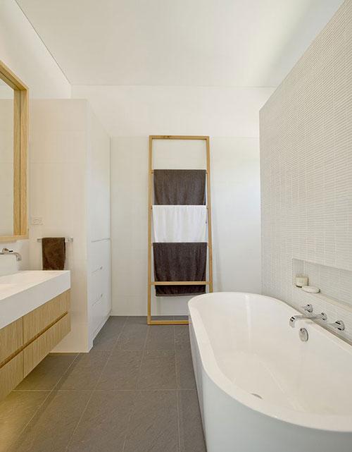 Lichte badkamer met houten elementen  Badkamers voorbeelden