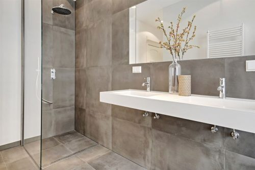 Minimalistische badkamer met betonlook tegels  Badkamers