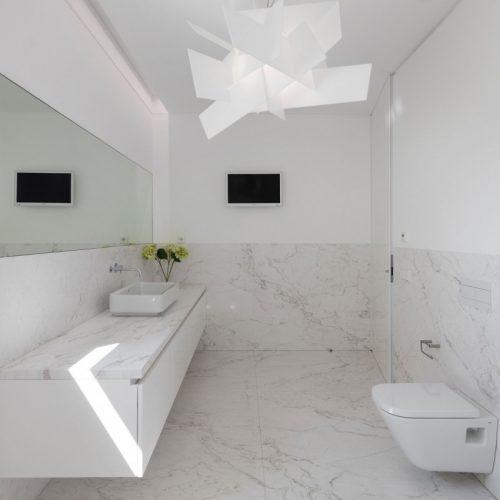 Witte badkamer met marmer in Portugese villa  Badkamers