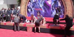 Avengers: Endgame, Mark Ruffalo cerca di imprimere le sue impronte davanti al Chinese Theatre con una verticale