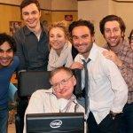 Il cast di The Big Bang Theory omaggia Stephen Hawking