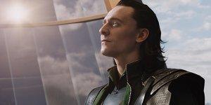 Loki regge il Mjolnir in una scena eliminata di Thor: The Dark World