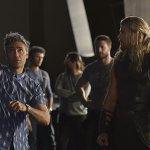 Thor: Ragnarok, Chris Hemsworth e il regista nella prima foto ufficiale dal set