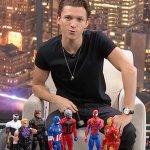 Avengers: Tom Holland risponde alla provocazione di Chris Hemsworth brandendo un piccolo martello di Thor