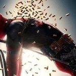"""Deadpool 2: il Mercenario Chiacchierone al fianco di una """"D"""" gigante in un nuovo standee"""