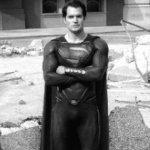 L'Uomo d'Acciaio: Henry Cavill nei panni di Superman in una foto dal backstage condivisa da Zack Snyder