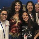 Gal Gadot a sorpresa nei panni di Wonder Woman nell'ospedale pediatrico di Annandale