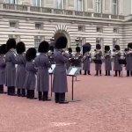 Bohemian Rhapsody: la Guardia Reale celebra la vittoria ai Golden Globes con una cover fuori da Buckingham Palace