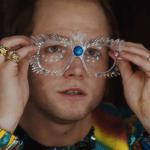 Rocketman: Taron Egerton parla della trasformazione in Elton John nella nuova featurette del film