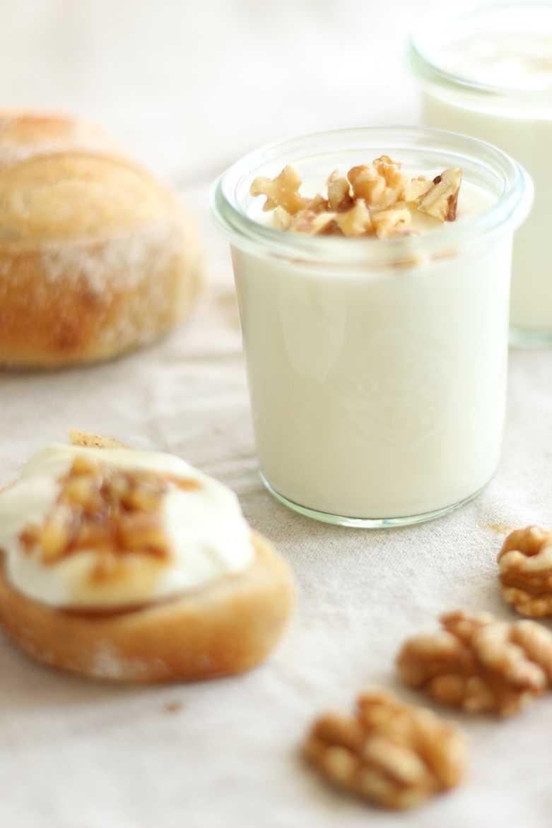 Süße Quarkcreme mit Walnuss-Karamell