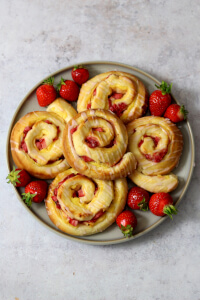 Erdbeer Pudding Schnecken | bäckerina.de