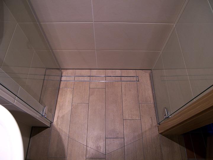 Ebenerdige Dusche mit Duschablaufrinne auf 23qm Bad 039