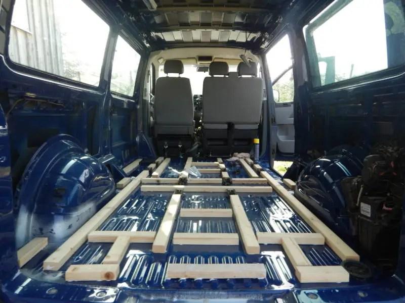 Bau der Konstruktion der Bodenplatte für den Camper Ausbau.