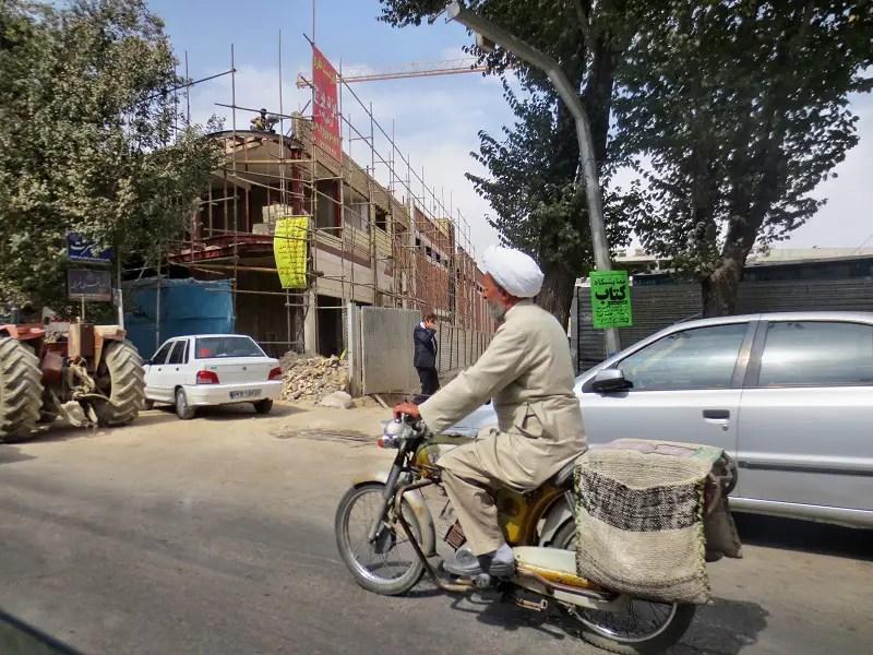 Ein Motorradfahrer in einer iranischen Stadt.