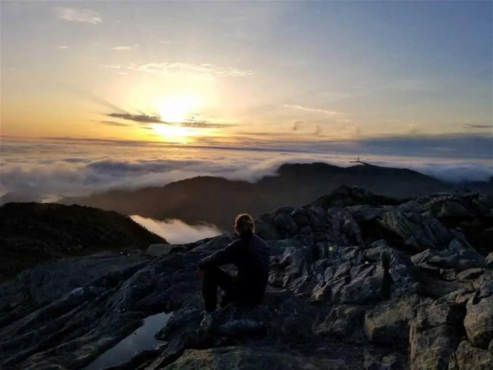 Blick vom Ulriken auf den Sonnenuntergang. In der Stadt Bergen.