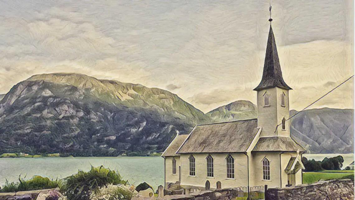 Fjord und Kirche in Norwegen