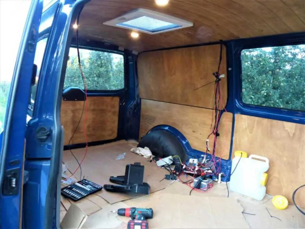 Die Holzverkleidung für den Camper wird in den Bus eingebaut.