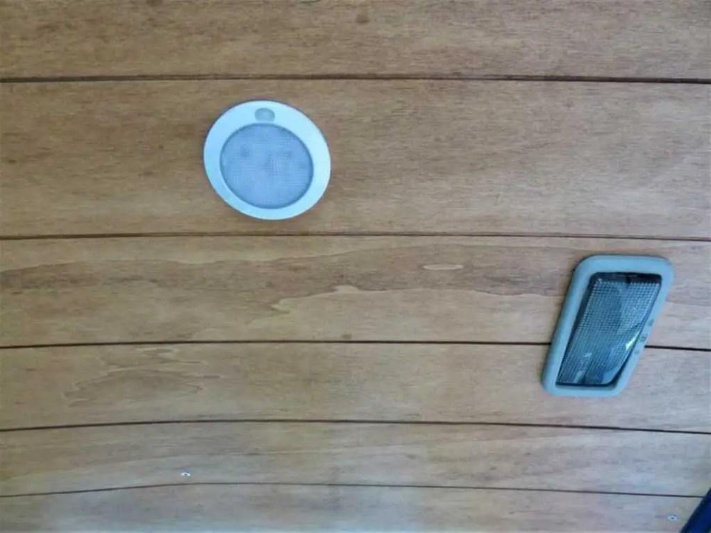 Die selbst gebaute Holzdecke mit LED Lampe im Camper.
