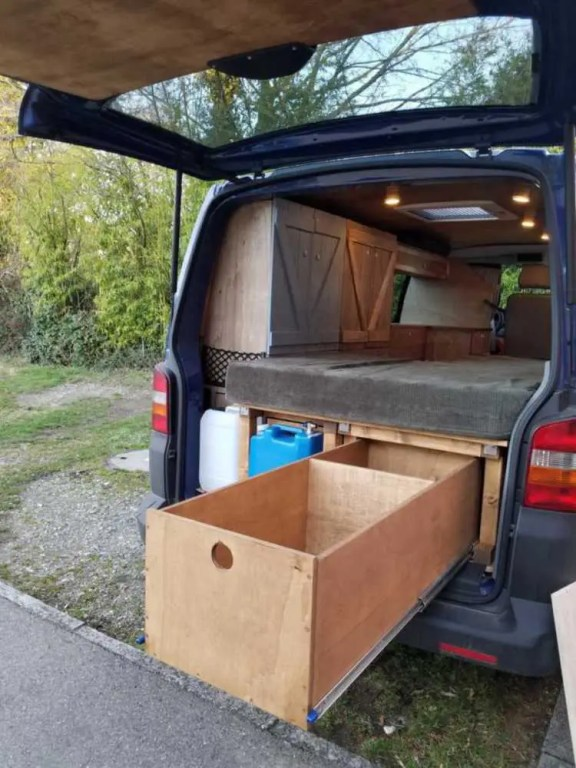 Die selbstgebauten Möbel und Schubladen im Camper Bus