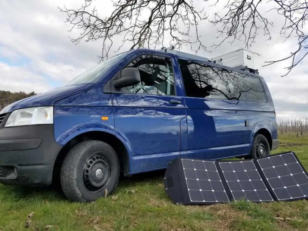 Ein tragbares, faltbares Solarmodul für eine autarke Stromversorgung im Camper und Wohnmobil.