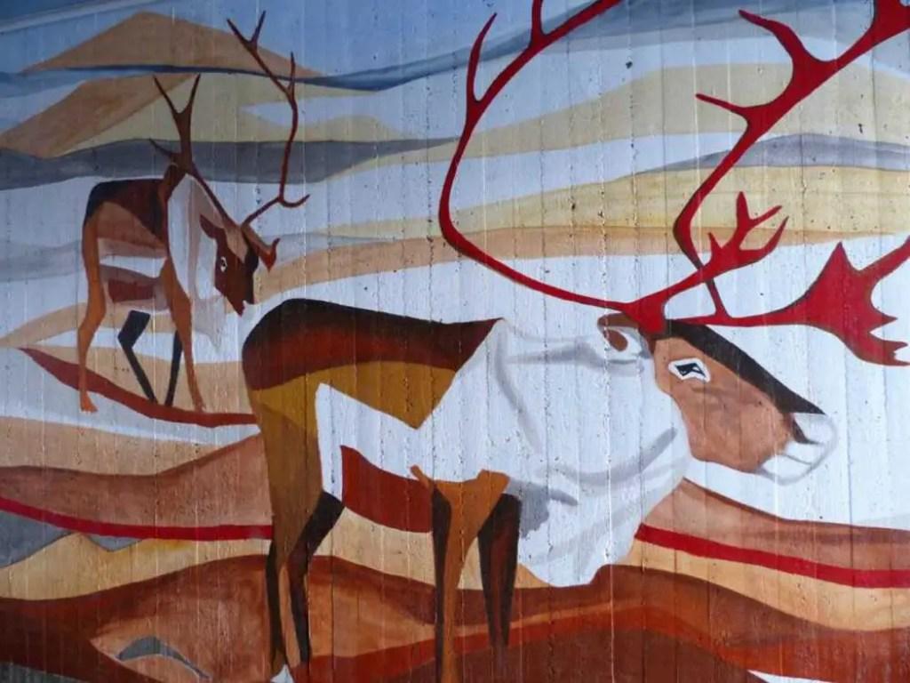 Kunst der Samis. Wandmalerei am Start vom Dag Hammarskjöldsleden und Kungsleden.