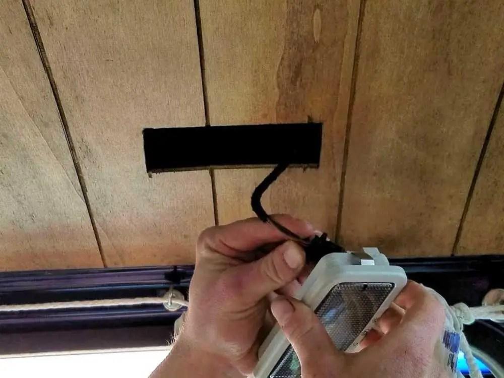 Den Dachhimmel aus Sperrholz für den Camper selber bauen.  KFZ Leuchtmittel in Dachhimmel montieren.