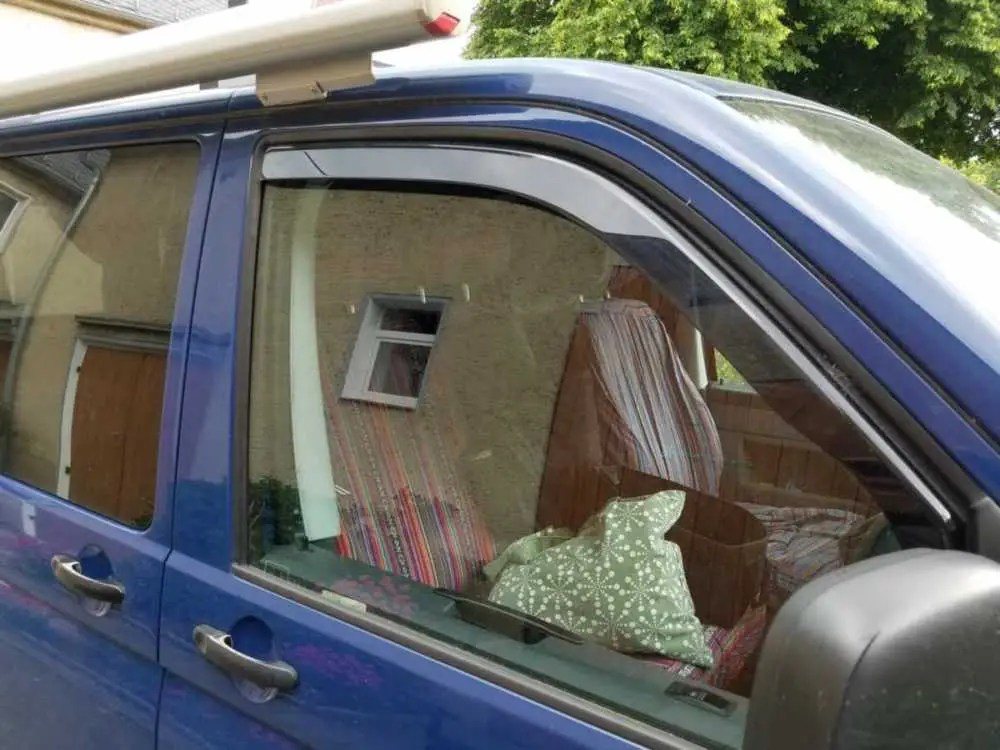 Der fest eingebaute Windabweiser an der Beifahrerseite am VW Bus