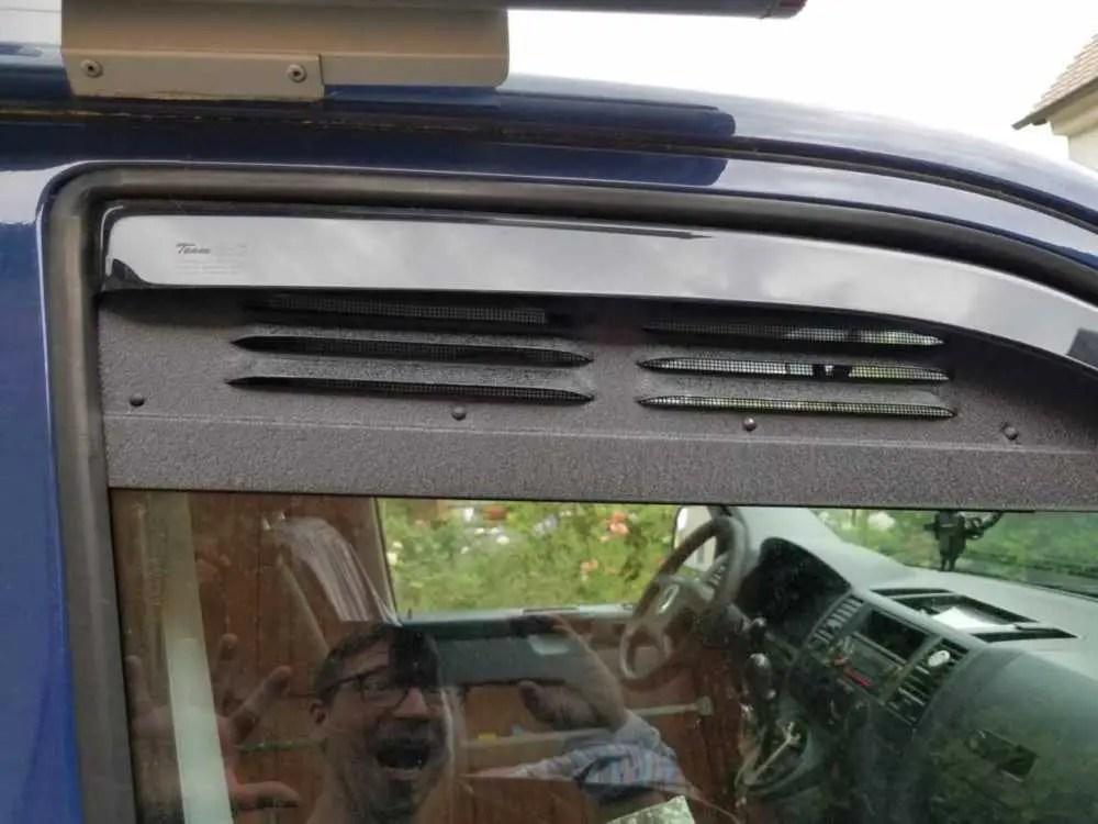 Lüftungsgitter und Windabweiser zusammen im VW Bus eingebaut