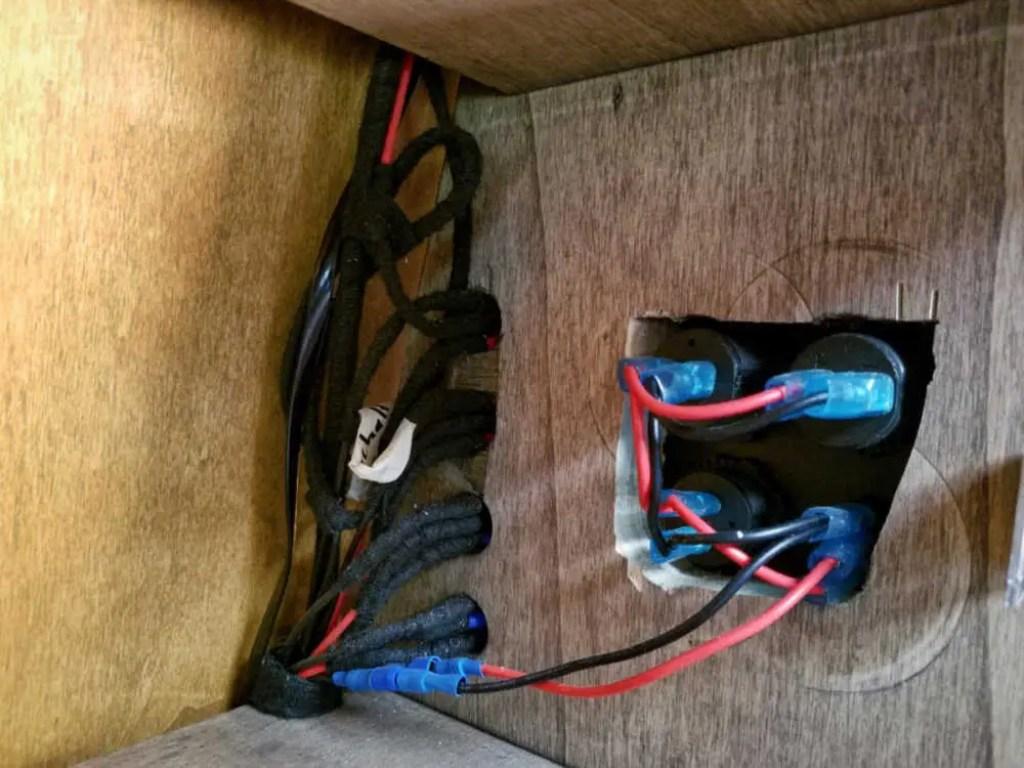 Wohnmobil Elektro Ausbau. USB Steckdose und Schalter instalieren