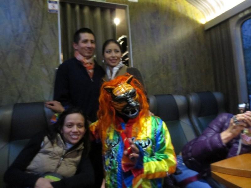 Dança e desfile de moda dentro do trem