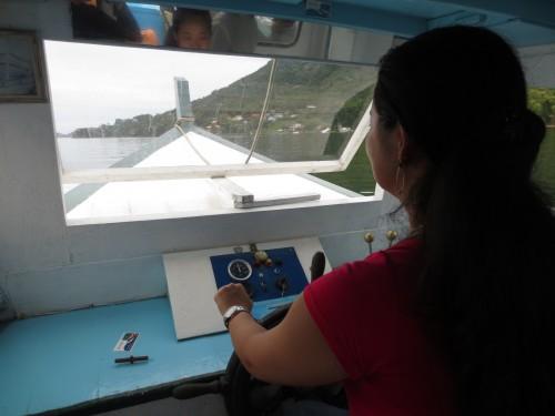 Pilotando o barco na Lagoa da Conceição