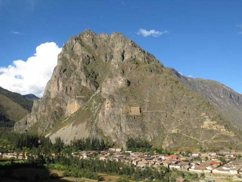 Depósito de alimentos na montanha em frente as ruínas de Ollantaytambo