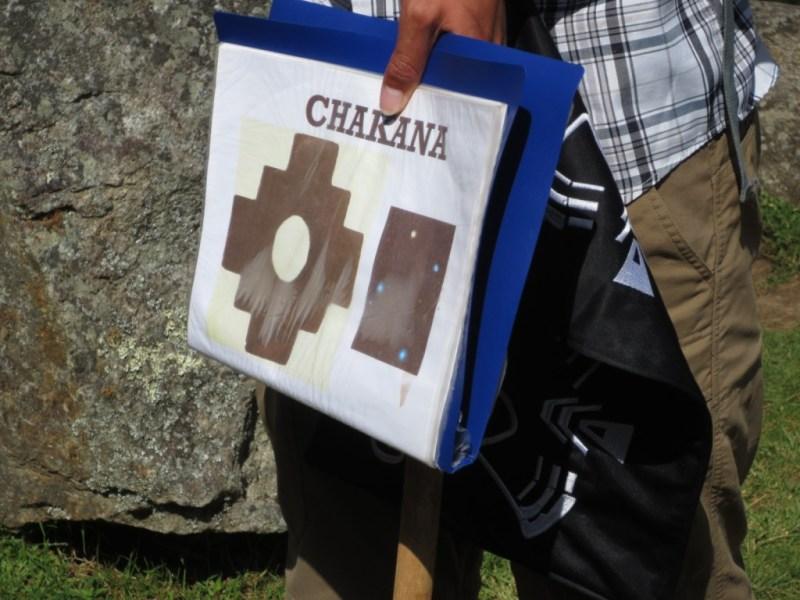 Chakana, ou cruz inca (e as mãos do guia)