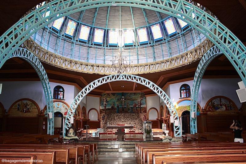 O que fazer em Nova Veneza: Interior do Santuário Nossa Senhora de Caravaggio. Destaque para a estrutura em ferro.