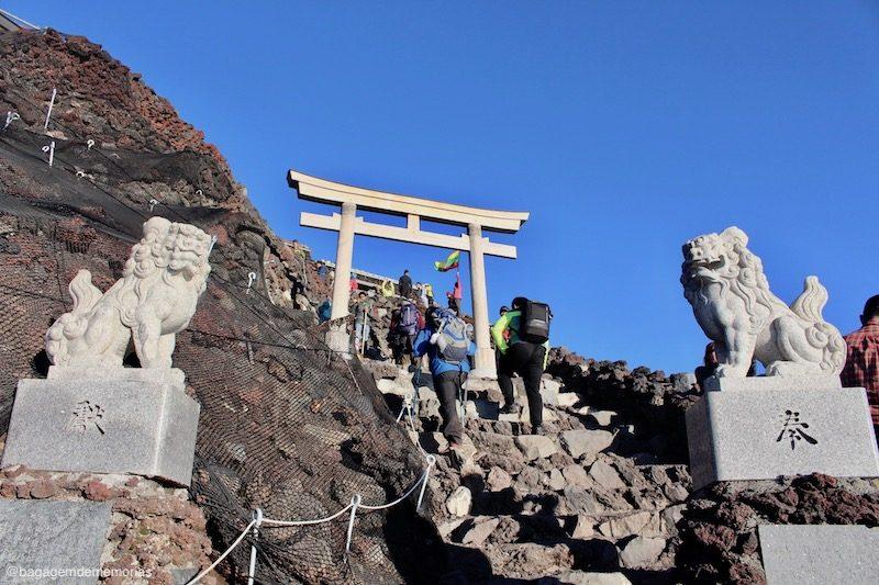 A entrada da 10ª estação, lugar especial marcado pelo toori e pelos koma-inu de pedra.