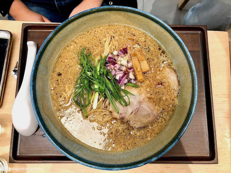 Kyoto Shoyu Ramen, com massa integral, chashu, cebola roxa e menma.