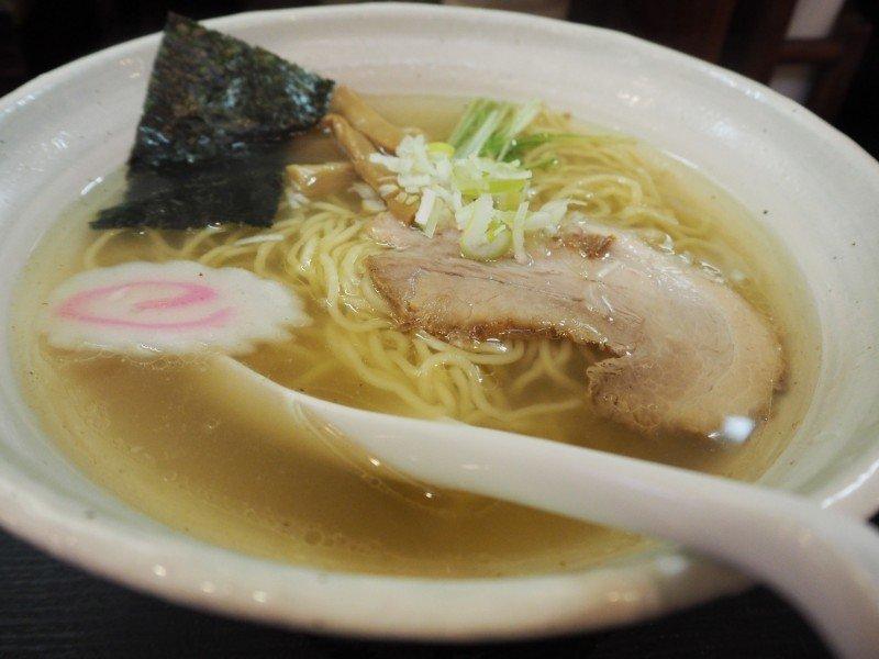 Ramen: noodles com caldo temperado e toppings.
